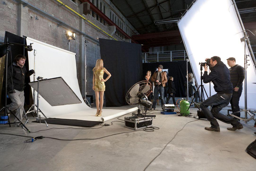 """""""switch reloaded"""" backstage: Martina Hill (2. v.l.) beim Dreh für ihre Rolle als Heidi Klum ... - Bildquelle: Kai Schulz ProSieben"""