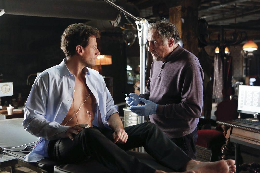 Abe (Judd Hirsch, l.), der Henrys (Ioan Gruffudd, r.) Geheimnis kennt, wagt einen gefährlichen Versuch: Henry soll als Unsterblicher eine Portion de... - Bildquelle: Warner Brothers