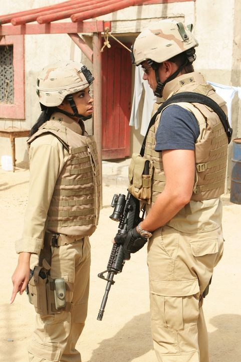 Zusammen mit NCIS Intel Analyst Nikki Jardine (Susan Kelechi Watson, l.) wird Tony (Michael Weatherly, r.) nach Bagdad geschickt, um in dem Mordfall... - Bildquelle: CBS Television