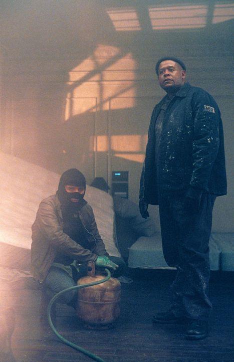 """Raoul (Dwight Yoakam, l.) und Burnham (Forest Whitaker, r.) leiten Gas in den """"Panic Room"""" ein, um so Sarah und Meg zum Verlassen des Raumes zu bewe... - Bildquelle: 2003 Sony Pictures Television International. All Rights Reserved"""