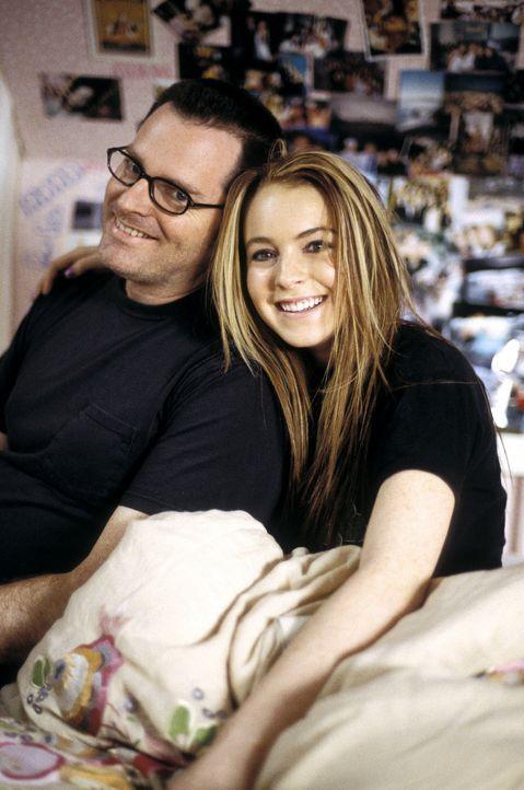 Drehpause für den Regisseur Mark Waters, l. und seine junge Hauptdarstellerin Lindsay Lohan, r. - Bildquelle: Buena Vista Pictures Distribution