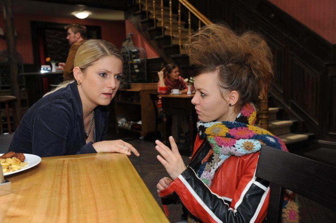 Anna (Jeanette Biedermann, l.) erfährt, dass Paule (Wanda Worch, r.) die Schwester von Tom ist. - Bildquelle: SAT.1