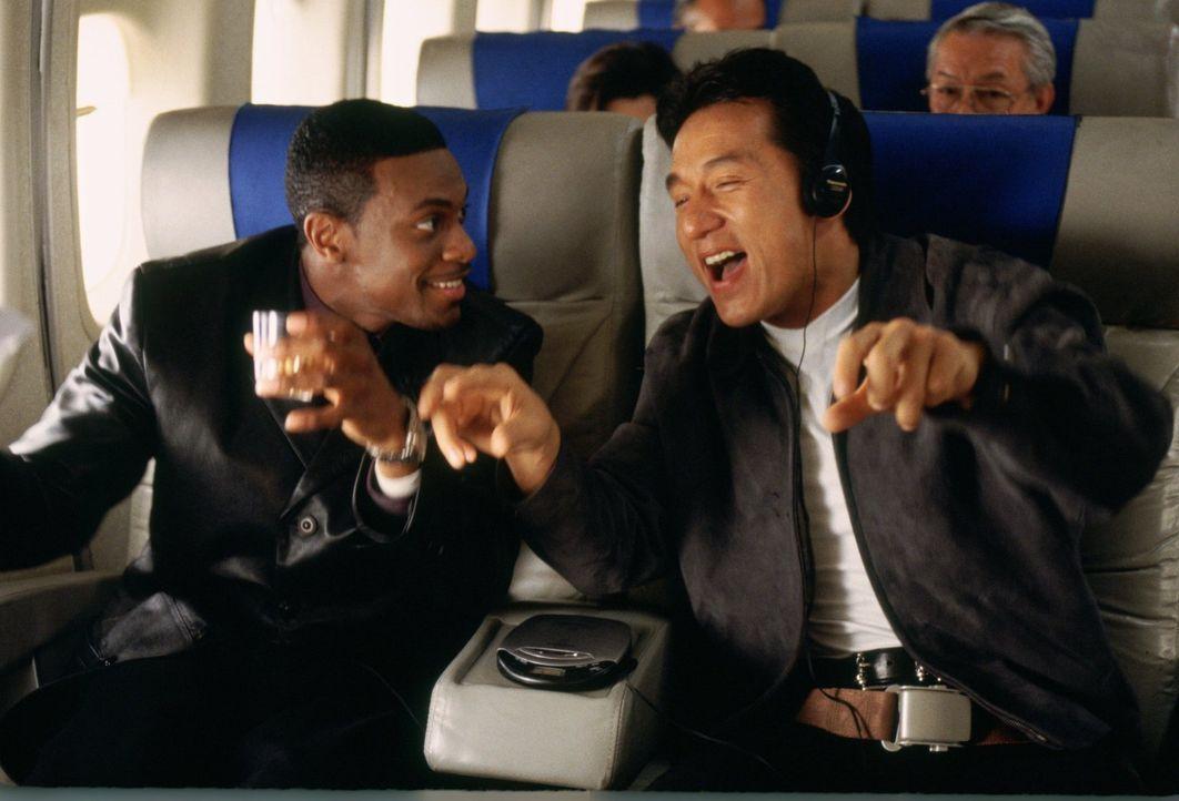 Wohl oder übel müssen sich Inspektor Lee (Jackie Chan, r.) aus Hongkong und L.A.-Cop Carter (Chris Tucker, l.) zusammenraufen, wenn sie in der Suche... - Bildquelle: Warner Bros.