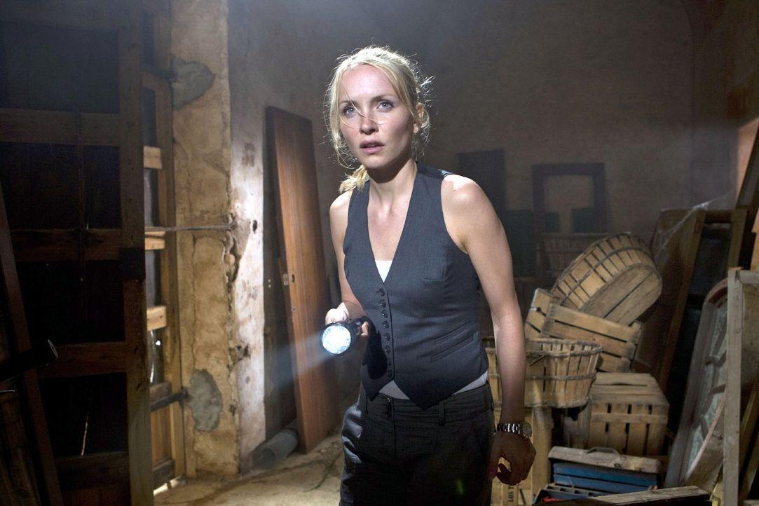 Karla (Janin Reinhardt) inspiziert die alte Mühle, in der ihr Vater von der Biene gestochen wurde. - Bildquelle: Sat.1