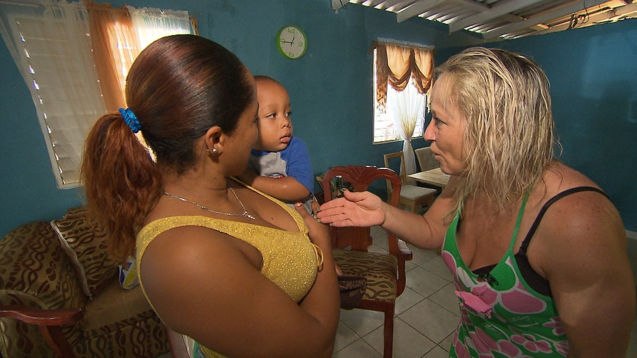 """""""Mama International"""": Ilona (r.) stellt sich in der Dominikanischen Republik einer neuen Herausforderung ... - Bildquelle: SAT.1"""