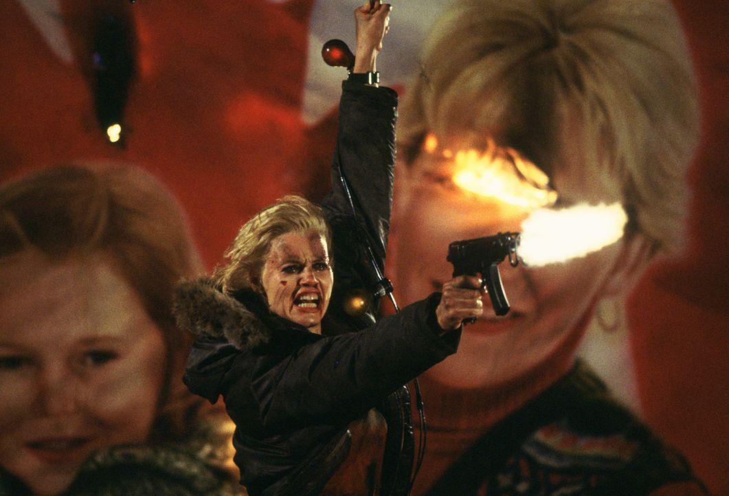 Nicht ahnend, dass sie einst eine ausgebildete Spezialagentin der US-Regierung war, gerät Samantha (Geena Davis) auf der Suche nach ihrer Vergangenh... - Bildquelle: Warner Bros. Entertainment, Inc.
