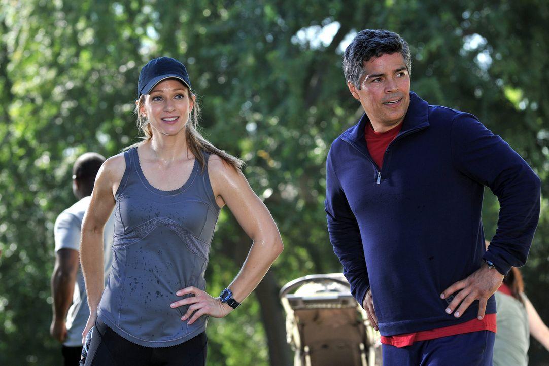 Während das Team in einem neuen Fall ermittelt, trifft JJ (AJ Cook, l.) auf einen alten Bekannten (Esai Morales, r.) ... - Bildquelle: ABC Studios