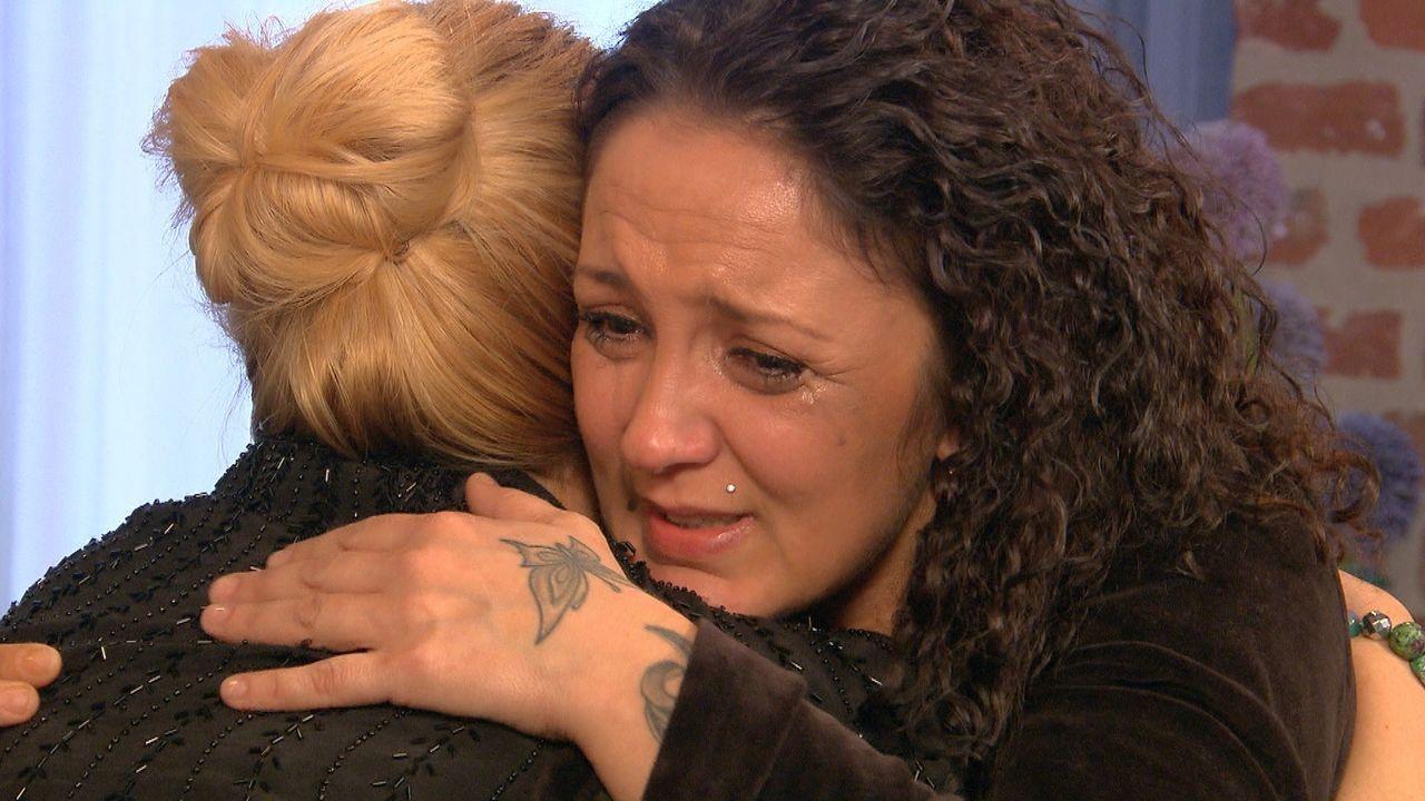 Vor langer Zeit musste Bianca (r.) ihre Tochter in den USA zurücklassen, jetzt setzt sie alle Hoffnungen darauf, dass Julia Leischik (l.) sie ausfin... - Bildquelle: SAT.1