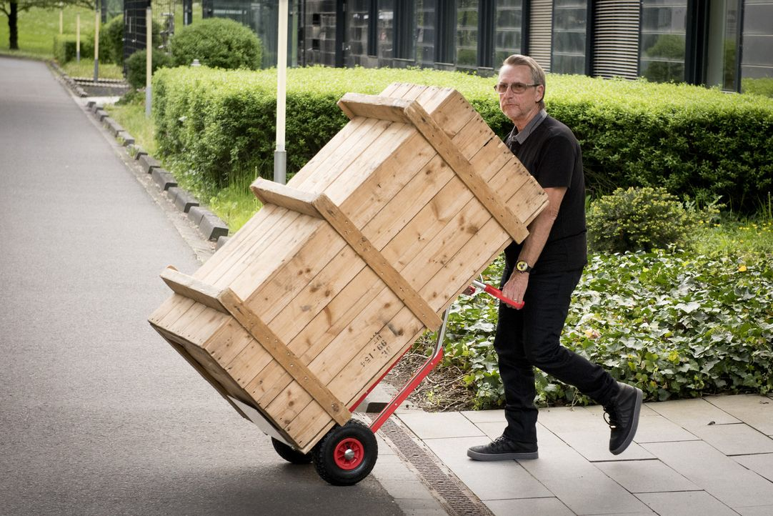 Was transportiert der skrupellose Schrotthändler Horst Drossard (Martin Semmelrogge), der auch gerne mal gestohlene Autos verschiebt, in der rieseng... - Bildquelle: Martin Rottenkolber SAT.1