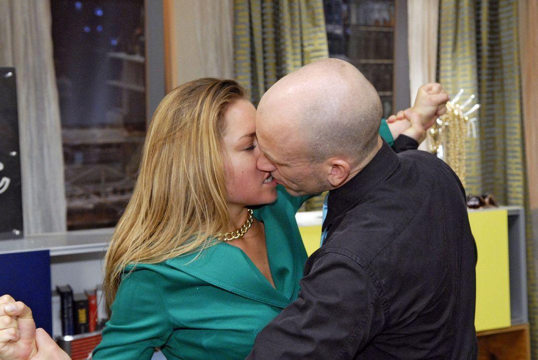 Als Gerrit (Lars Löllmann, r.) die wütende Katja (Karolina Lodyga, l.) zu bändigen versucht, kommt es zu einem Kuss... - Bildquelle: Sat.1