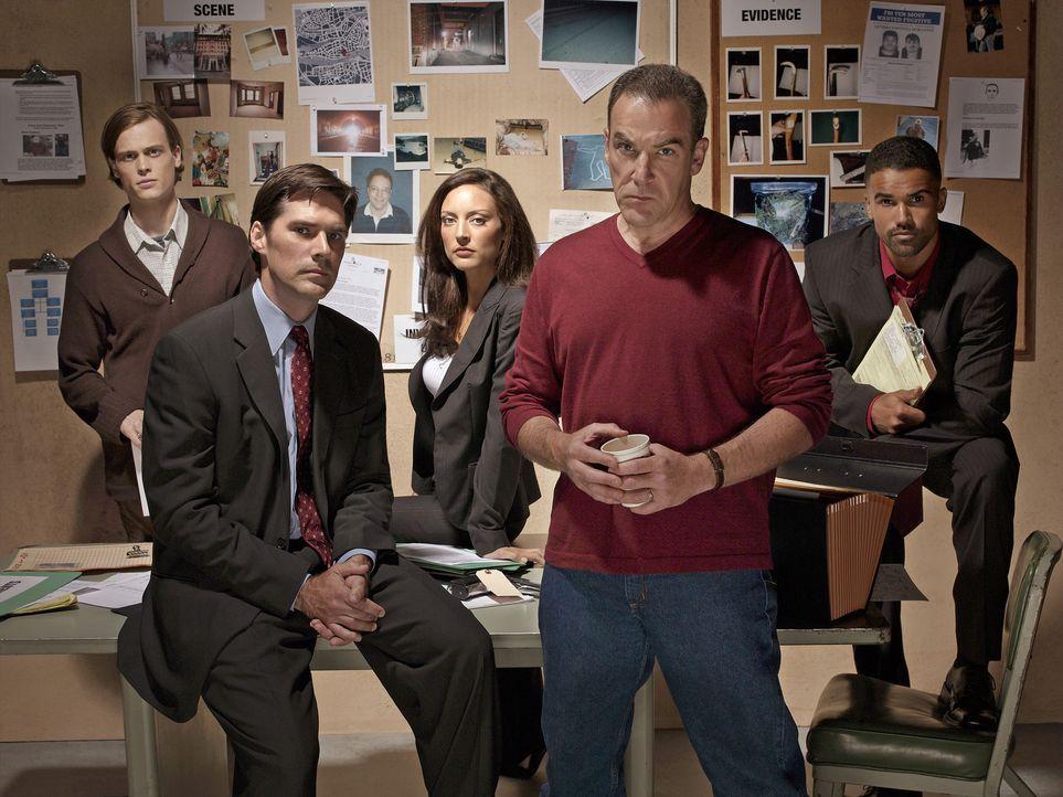 (1. Staffel) - Gemeinsam bringen sie jeden Serientäter zur Strecke: Special Agent Jason Gideon (Mandy Patinkin, 2.v.r.), Special Agent Derek Morgan... - Bildquelle: Touchstone Television