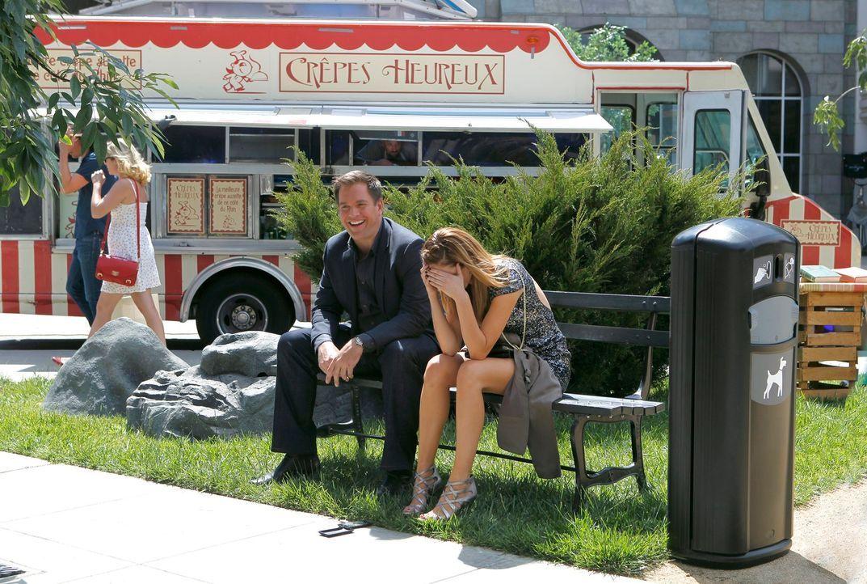 Noch findet er seinen Geheimauftrag, der ihn in sein Traumland Frankreich führt, toll: DiNozzo (Michael Weatherly, l.) mit Amanda Kendall (Meg Chamb... - Bildquelle: CBS Television