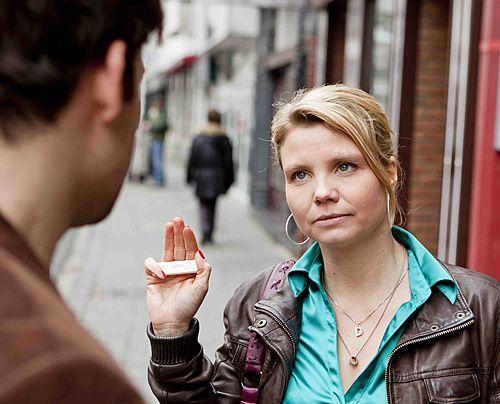 Auch wenn Martin Berg (Torben Liebrecht) und seine Frau anfangs falsche Beschuldigungen gemacht haben, will sich Danni (Annette Frier) für die beid... - Bildquelle: Frank Dicks - Sat1