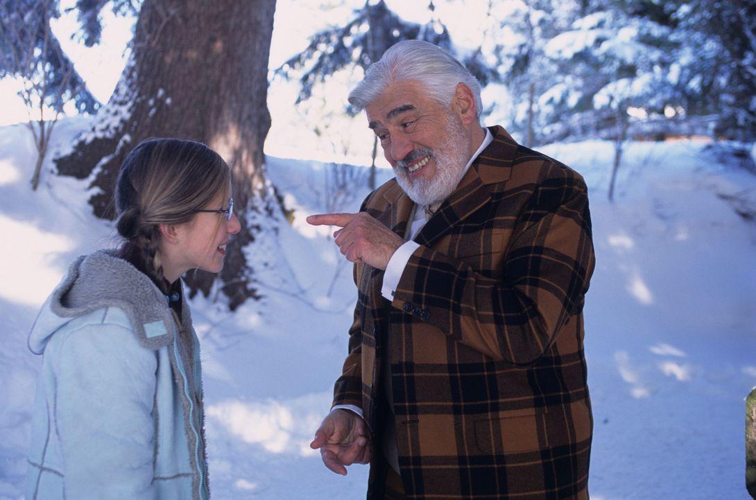 Auf der Suche nach seinem Elch lernt der Weihnachtsmann (Mario Adorf, r.) die neunmalkluge Kiki (Sarah Beck, l.) kennen ... - Bildquelle: Buena Vista International Television