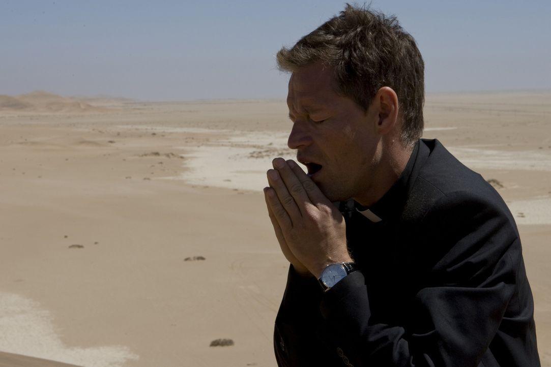 Der kalte und berechnende Priester Thadeus (Steffen Wink) ist Kardinal Rhades bedingungslos ergeben und sogar bereit, für ihn zu morden. Unermüdlich... - Bildquelle: ProSieben