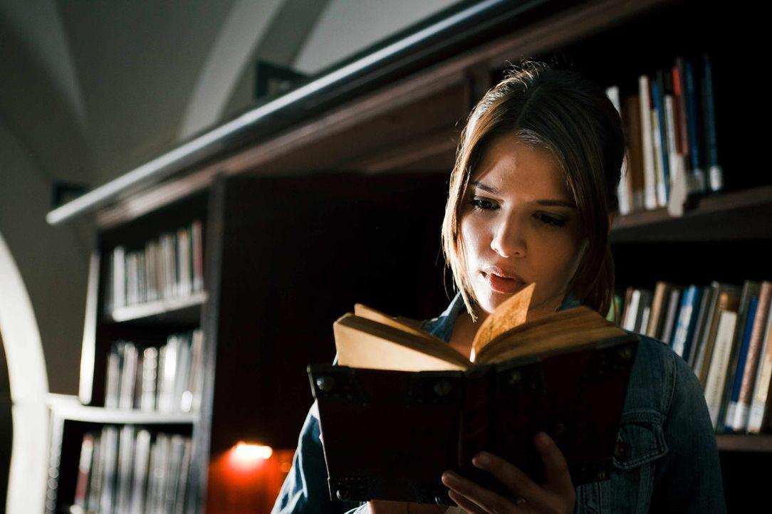 Als ihr bei Recherchen für ein Referat über mittelalterliche Heilkunst eine Bibel in die Hände fällt, spürt Milla (Jasmin Lord) sofort, dass da... - Bildquelle: Arvid Uhlig SAT.1