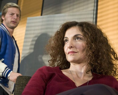 """Micks (Henning Baum) """"Psychotante"""", Tanja Haffner (Proschat Madani), sieht in dem archaischen Mannsbild schon bald mehr als nur ein interessantes """"F... - Bildquelle: Martin Rottenkolber - Sat1"""