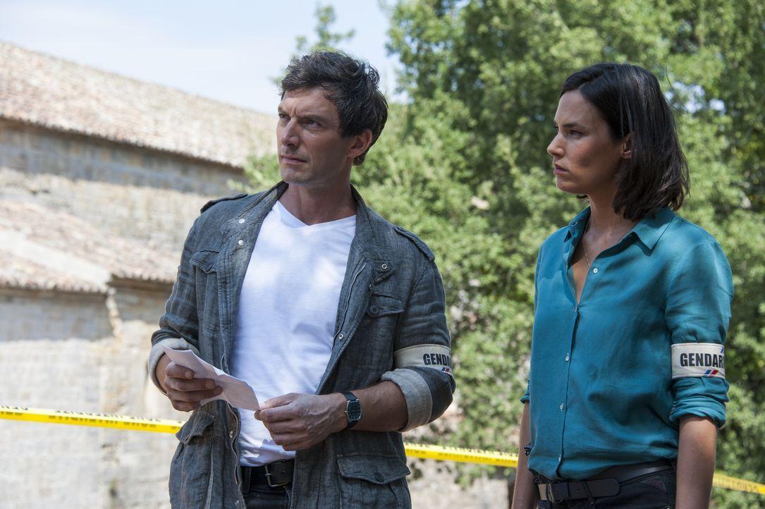 Ein neuer Fall wartet auf Lucas (Franck Sémonin, l.) und Roxane (Julie Fournier, r.) ... - Bildquelle: Jean Louis PARIS