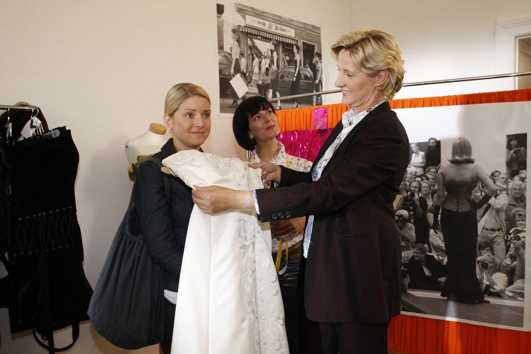 Anna (Jeanette Biedermann, l.) hat keine Chance. Sie kommt einfach nicht gegen die Hochzeitsvorfreude ihrer Mutter (Susanne (Heike Jonca, r.) an ... - Bildquelle: Sat.1