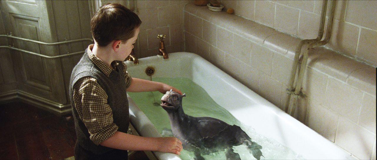 In der Badewanne zieht Angus (Alex Etel) seinen ungewöhnlichen Freund groß. Doch schon bald wird diese für den Wasserdrachen viel zu klein ... - Bildquelle: CPT Holdings, Inc. All Rights Reserved. (Sony Pictures Television International)