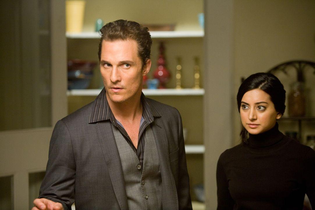 Auch seiner Assistentin Melanie (Noureen DeWulf, r.) hat Conner (Matthew McConaughey, l.) bereits das Herz gebrochen ... - Bildquelle: 2008   Warner Brothers