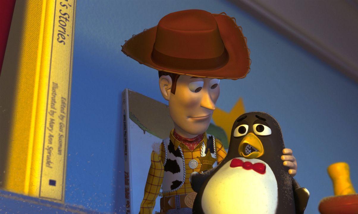 Als der Quietsche-Pinguin Wheezy, r. zufällig auf dem Flohmarkttisch landet, kann ihn in letzter Sekunde sein mutiger Freund Woody, l. retten. Doch... - Bildquelle: Buena Vista International Television