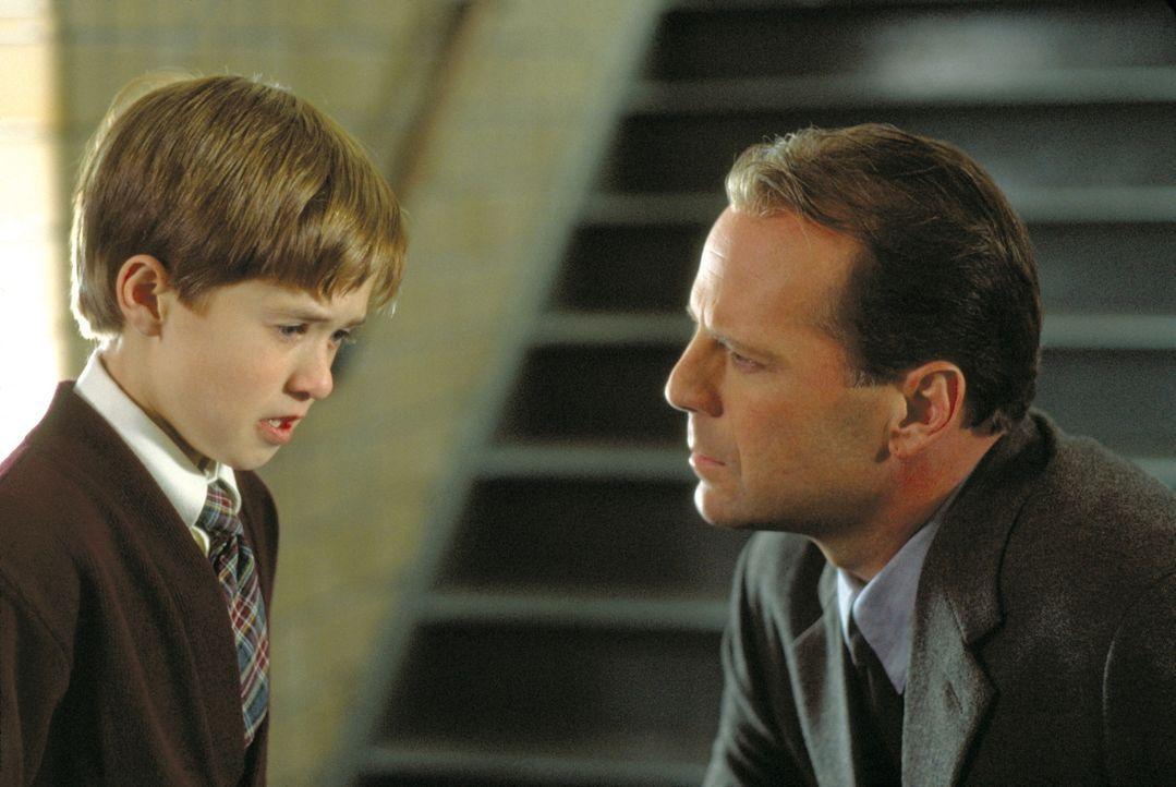 Behutsam nähert sich der Kinderpsychologe Dr. Malcolm Crowe (Bruce Willis, r.) dem kleinen Cole (Haley Joey Osment, l.). Er ist überzeugt, dass da... - Bildquelle: Buena Vista Pictures