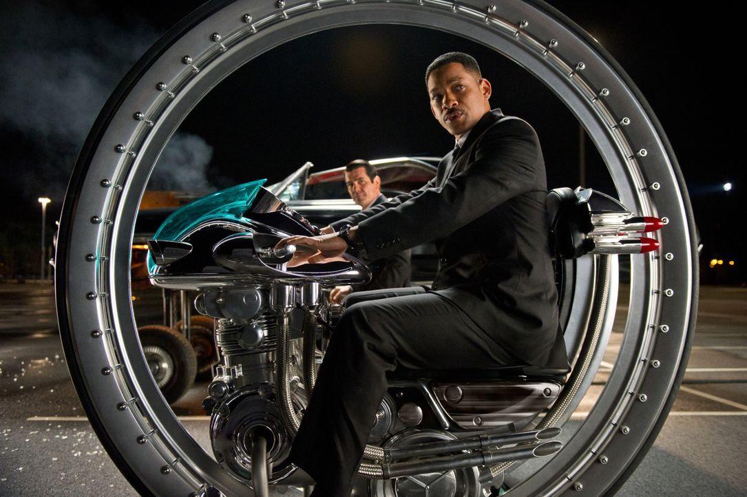 Mit den Waffen der Zukunft die Vergangenheit besiegen: Agent J (Will Smith, vorne) und Agent K (Josh Brolin, hinten) ... - Bildquelle: Wilson Webb 2012 Columbia Pictures Industries, Inc.  All rights reserved.