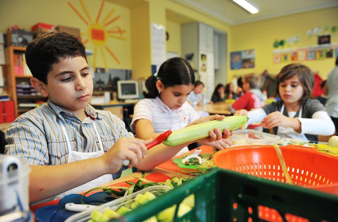 Schüler bereiten Essen vor - Bildquelle: dpa