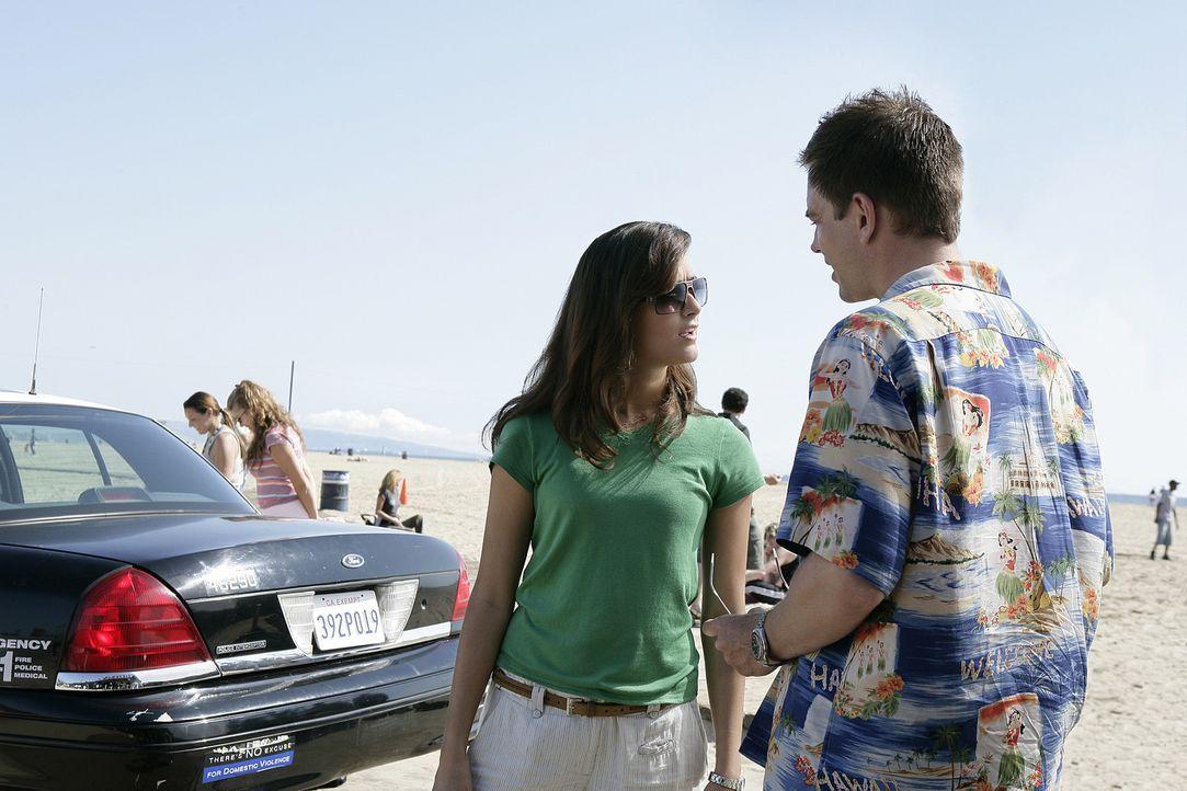 NCIS Agent Decker ist verstorben. Jenny, Ziva (Cote de Pablo, l.) und Tony (Michael Weatherly, r.) fahren nach LA zu dessen Beerdigung. Dort deckt J... - Bildquelle: CBS Television