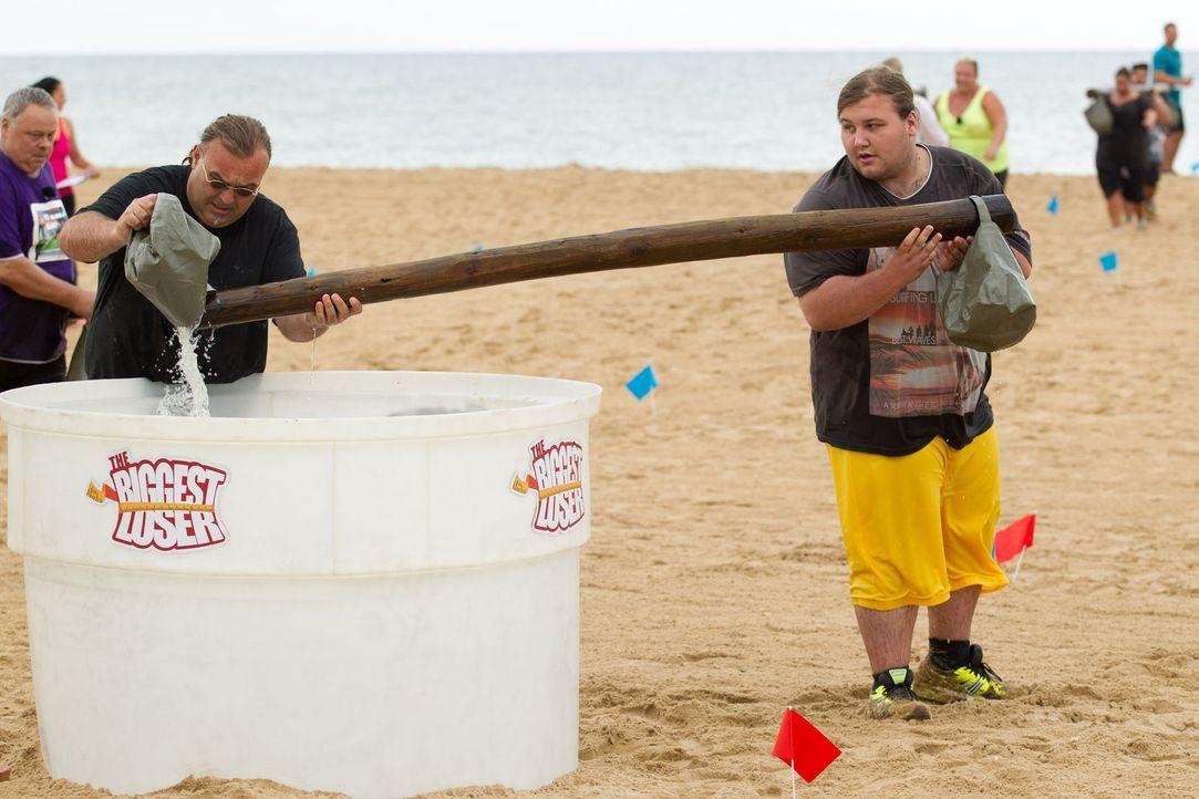 Für Ralf (l.) und seinen Sohn Marc (l.) beginnt, kaum in Andalusien angekommen, auch schon die erste Challenge ... - Bildquelle: SAT.1