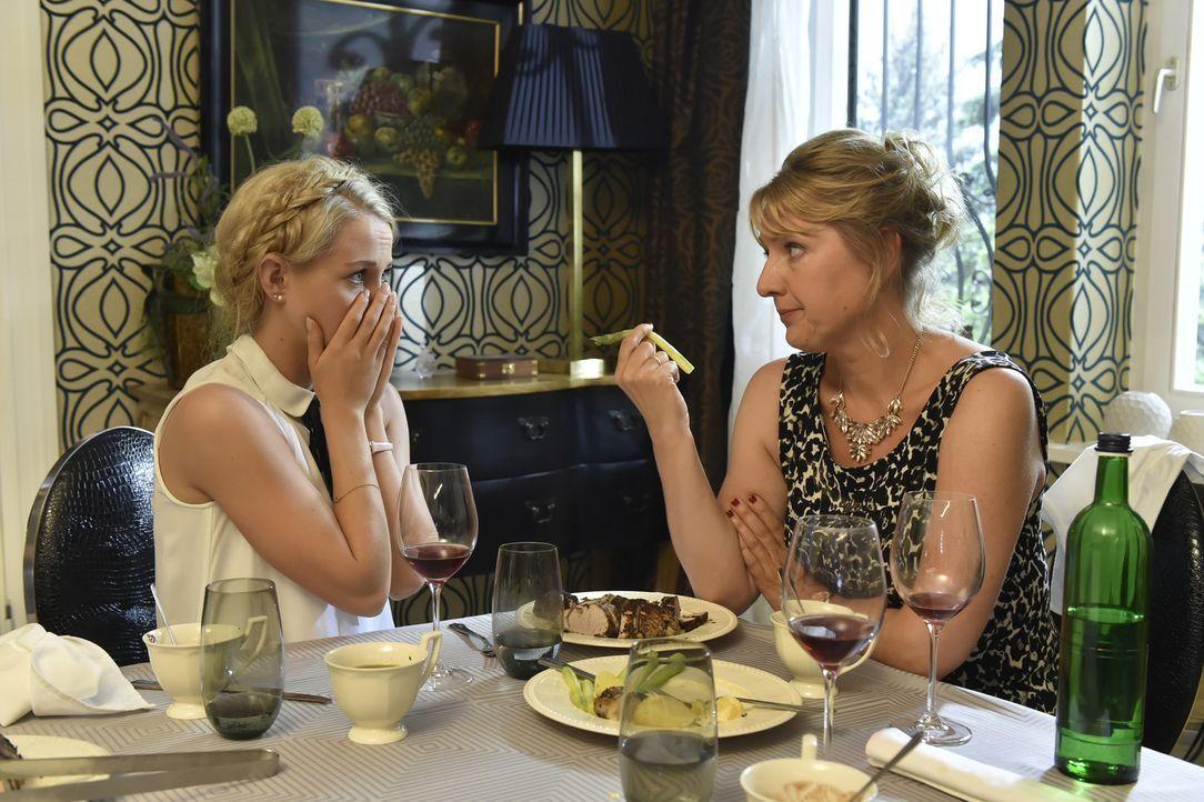 Luisa (Jenny Bach, l.) ist entsetzt, als ihr Sexleben am Tisch ihrer Mutter Felicitas (Claudia Lietz, r.) ausgebreitet wird ... - Bildquelle: Claudius Pflug SAT.1