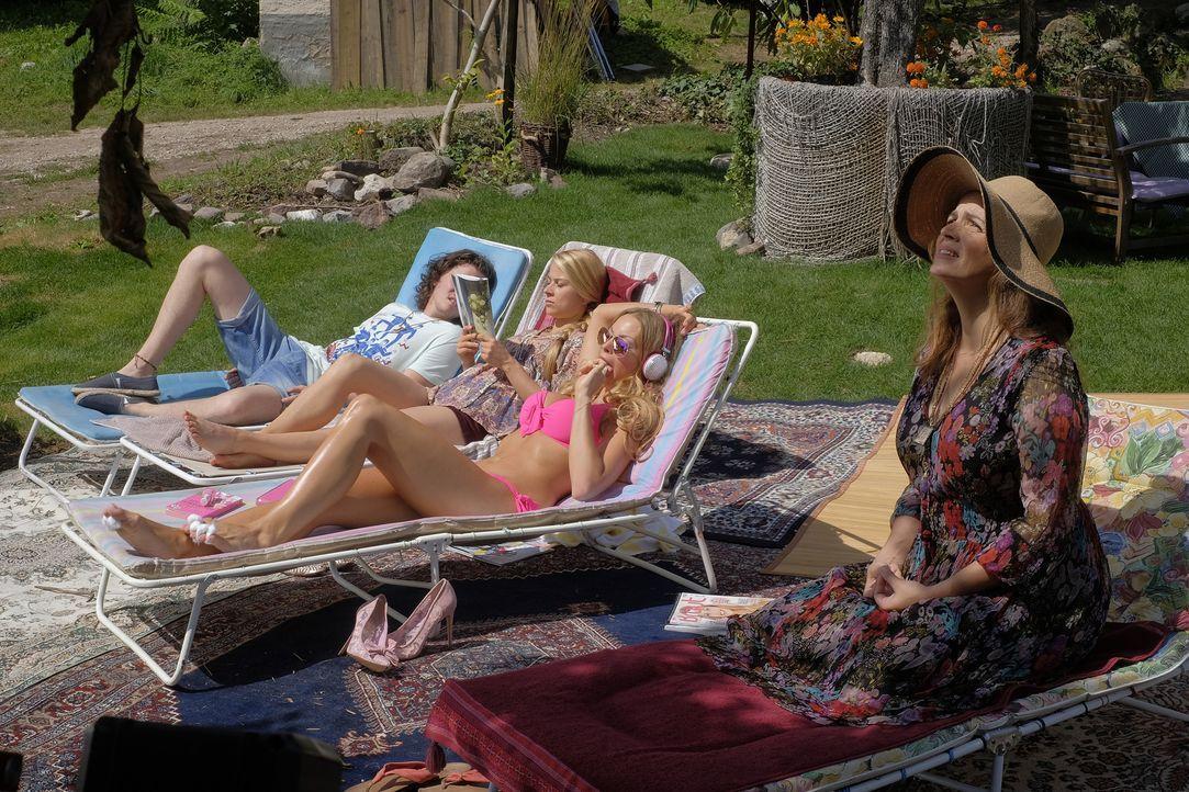 Es kommt, wie es kommen muss: Während Claudia (Rebecca Immanuel, r.) noch fleißig ihr Chakra sucht und Amanda (Jana Julie Kilka, 2.v.r.) der Sonne h... - Bildquelle: Jacqueline Krause-Burberg SAT.1