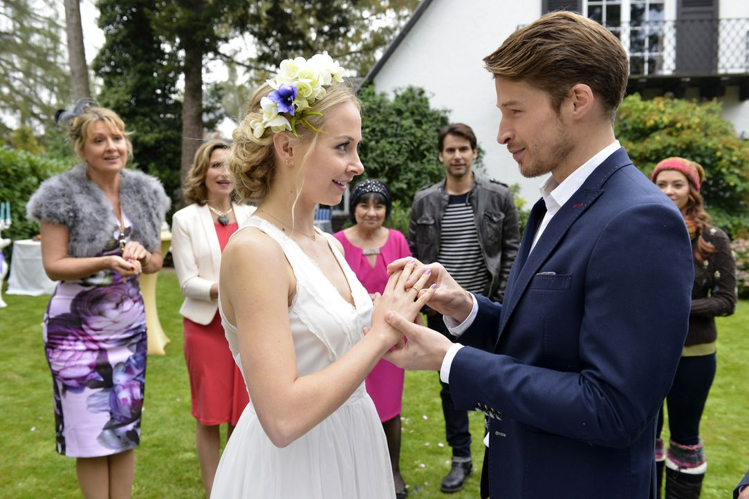 In einer spontanen Feier geben sich Luisa (Jenny Bach, 3.v.l.) und Julian (Oliver Bender, 2.v.r.) in Anwesenheit ihrer Famile und Freunde, Felicitas... - Bildquelle: Oliver Ziebe sixx