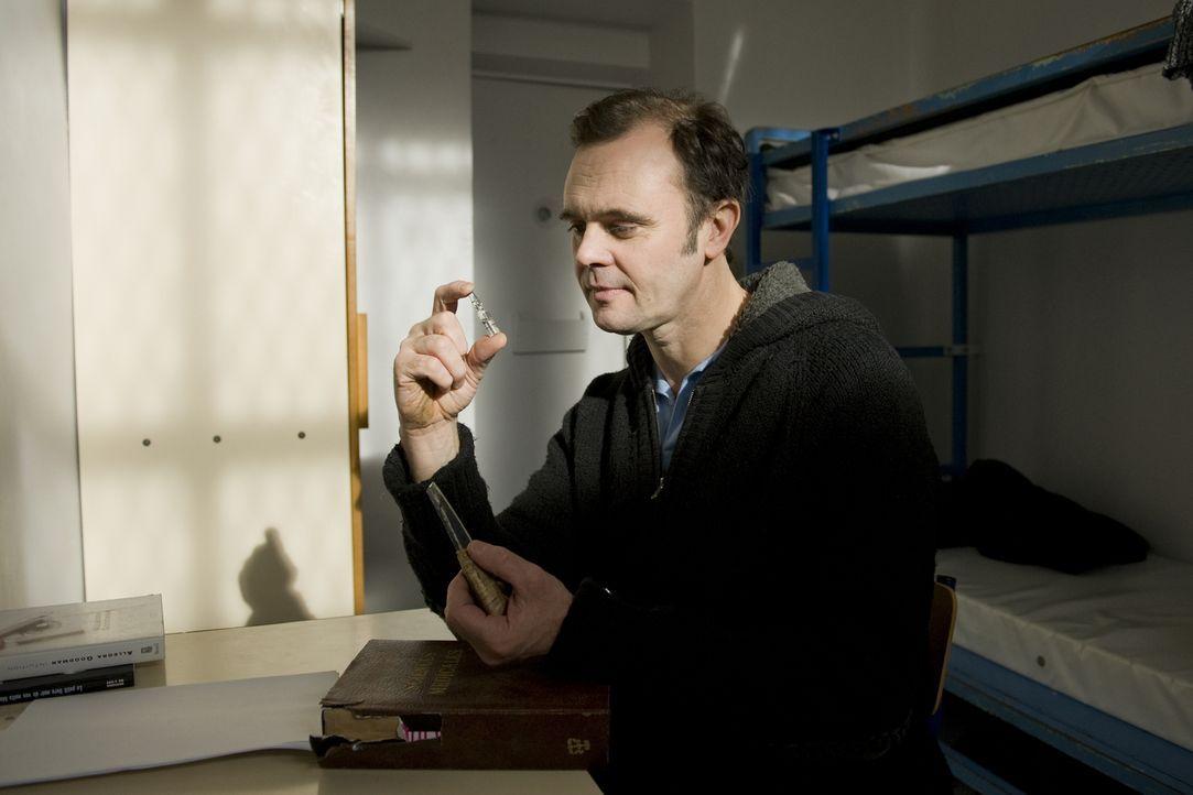Rocher macht einen Deal mit dem inhaftierten Anästhesisten Roze (Éric Berger) ... - Bildquelle: 2014 BEAUBOURG AUDIOVISUEL