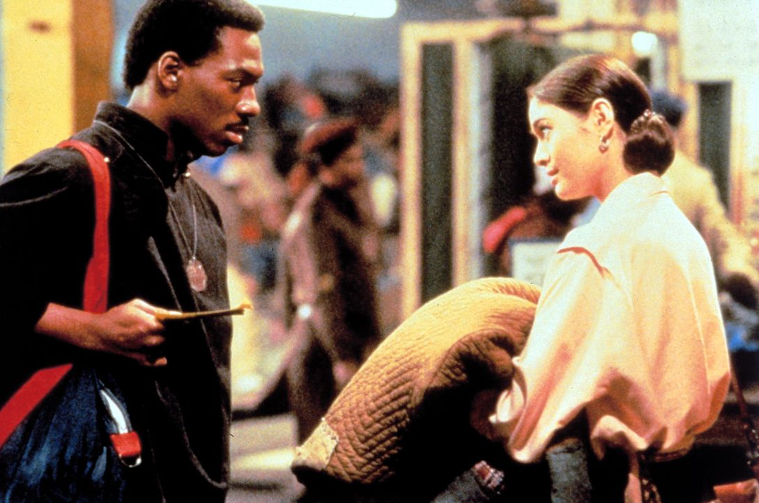 Ein Orakel besagt, dass nur der Sozialarbeiter Chandler (Eddie Murphy, l.) das heilbringende goldene Kind vor dem Bösen retten kann. Mit Hilfe der a... - Bildquelle: Paramount Pictures