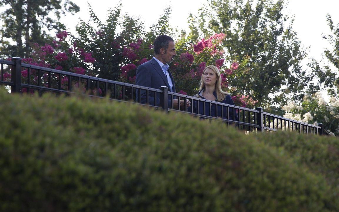 Während Carrie (Claire Danes, r.) versucht, Javadi (Shaun Toub, l.) auf ihre Seite zu ziehen, muss sich Saul mit seinem Privatleben auseinandersetze... - Bildquelle: 2013 Twentieth Century Fox Film Corporation. All rights reserved.
