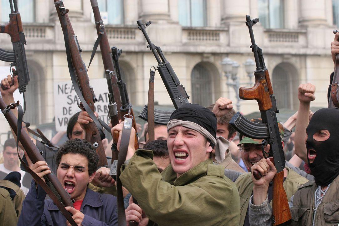 Waren die Proteste anfangs noch friedlich, eskaliert die Stimmung schon bald. Schwer bewaffnete Rebellen wüten in der Hauptstadt, haben den amerika... - Bildquelle: 2005 Micro Fusion 2004-15 LLP. All rights reserved.