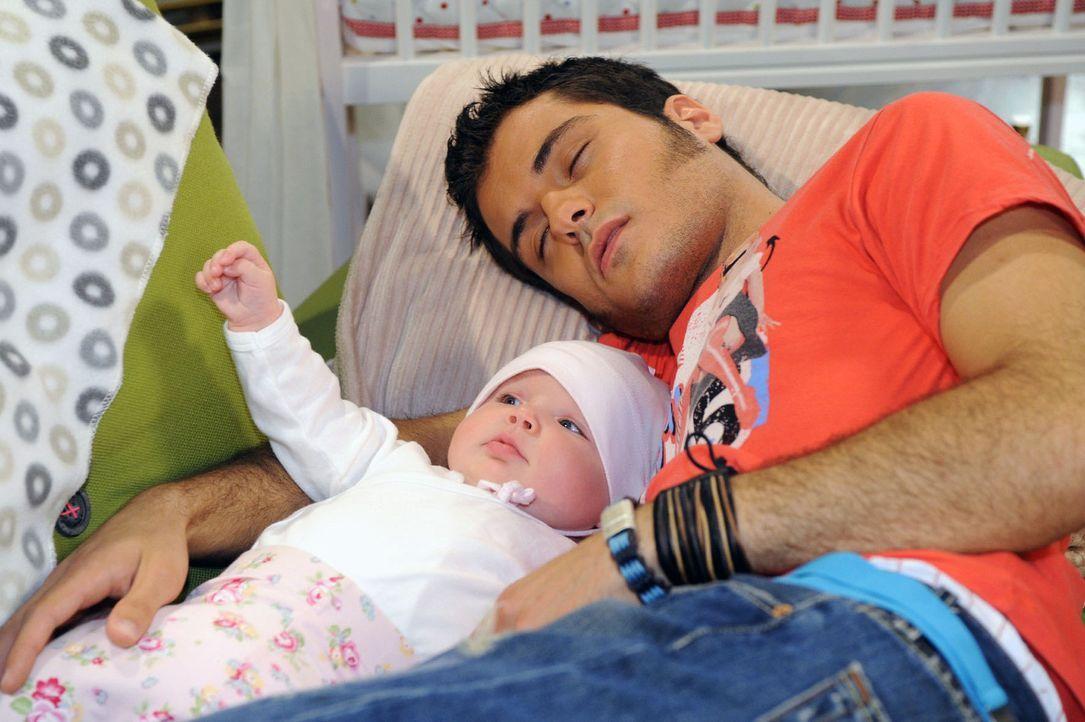 Maja wird in Bezug auf Maiks Babysitterqualitäten eines Besseren belehrt. v.l.n.r.: Pia (Marlene Thiele), Maik (Sebastian König) - Bildquelle: Sat.1