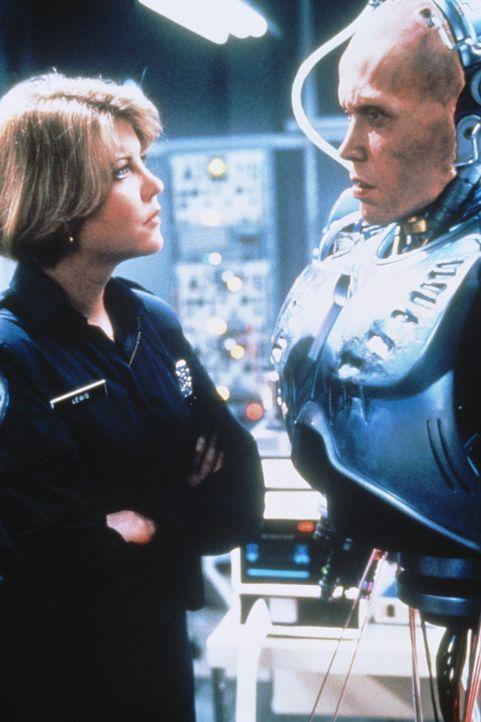 Weil er den ehrgeizigen Plänen einiger dubioser Geschäftemacher im Wege steht, erhält Polizistin Anne (Nancy Allen, l.) eine brutalere Version ih... - Bildquelle: Orion Pictures Corp.