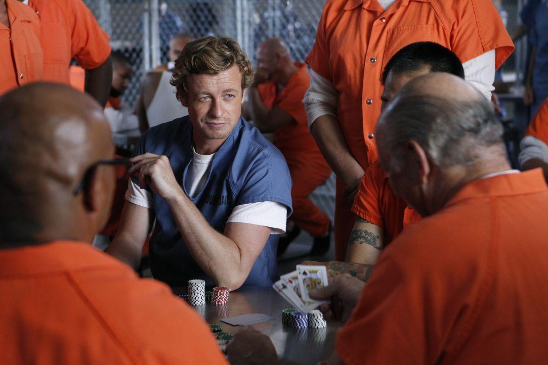 Patrick Jane (Simon Baker) hat Red John getötet, doch niemand will ihm glauben. Er muss aus dem Gefängnis heraus organisieren, dass sich das Team... - Bildquelle: Warner Bros. Television