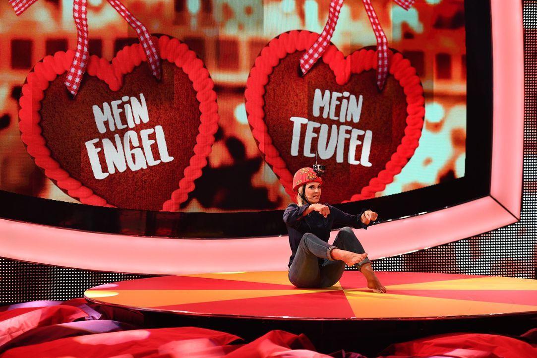 """Engel oder Teufel? Britt Hagedorn hängt sich bei """"Paul Panzers Comdey Spieleabend"""" voll rein... - Bildquelle: Willi Weber SAT.1"""