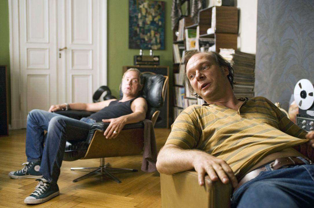 Carlo (Uwe Ochsenknecht, l.) und Michi (Martin Brambach, r.) träumen davon, mit ihrer alten Band auf der Bühne zu stehen ... - Bildquelle: Sat.1