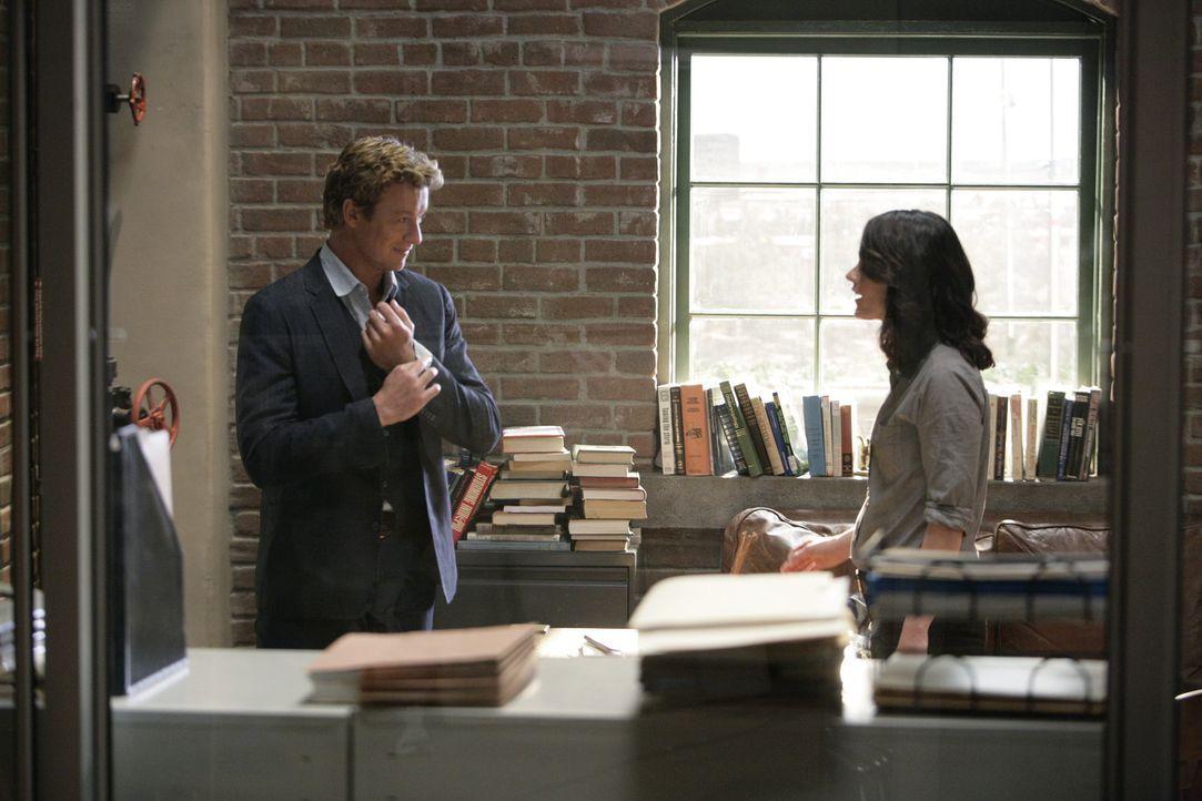 Patrick Jane (Simon Baker, l.) kündigt seinen Job beim CBI, um privat zu ermitteln, kann aber dennoch weiterhin auf die Hilfe seiner ehemaligen Kol... - Bildquelle: Warner Bros. Television