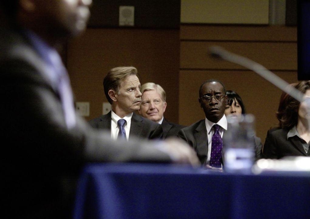 Whips Freund Charlie (Bruce Greenwood, hinten l.) und sein Anwalt Hugh Lang (Don Cheadle, hinten r.) verfolgen gebannt die Anhörung. Sie wissen, das... - Bildquelle: Robert Zuckerman 2012 PARAMOUNT PICTURES. ALL RIGHTS RESERVED.
