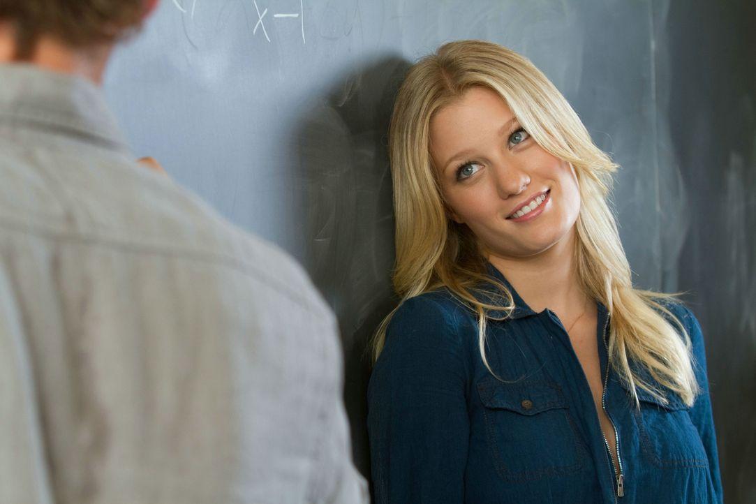 Emily (Ashley Hinshaw) ist bis über die Ohren in ihren Mathelehrer verliebt. Sie versucht alles, um dessen Aufmerksamkeit oder sogar mehr zu ergatte... - Bildquelle: Constantin Film Verleih GmbH