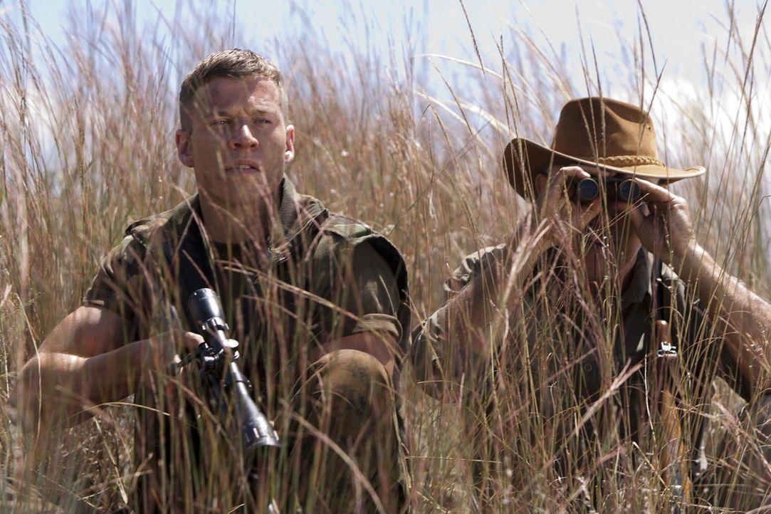 Während eines UN-Streitkräfte-Einsatzes in der Demokratischen Republik Kongo erhält Marine-Sergeant Brandon Beckett (Chad Michael Collins, l.) de... - Bildquelle: 2011 Sony Pictures Television Inc. All Rights Reserved.