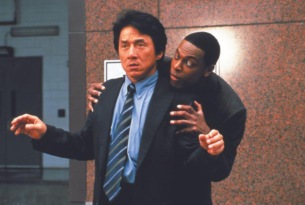Während ihres Urlaubs in Honkong stolpern die Ermittler Lee (Jackie Chan, l.) und Carter (Chris Tucker, r.) über einen neuen Fall ... - Bildquelle: Warner Bros.