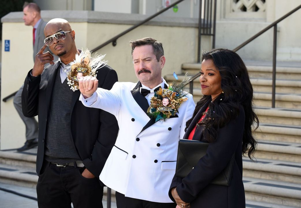 Als Leo Getz (Thomas Lennon, M.) zur Überraschung aller heiratet, sind auch Murtaugh (Damon Wayans, l.) und Trish (Keesha Sharp, r.) eingeladen, doc... - Bildquelle: Warner Brothers