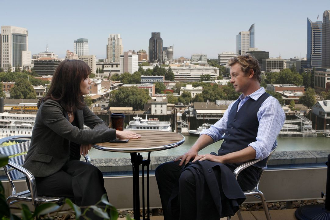 Türen im Kopf: Patrick Jane (Simon Baker, r.) und Teresa Lisbon (Robin Tunney, l.) ... - Bildquelle: Warner Bros. Television